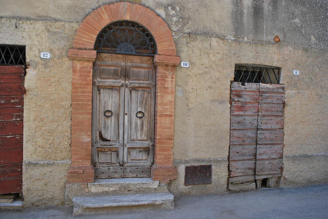 Collezione fotografica di portali in Umbria e Toscana
